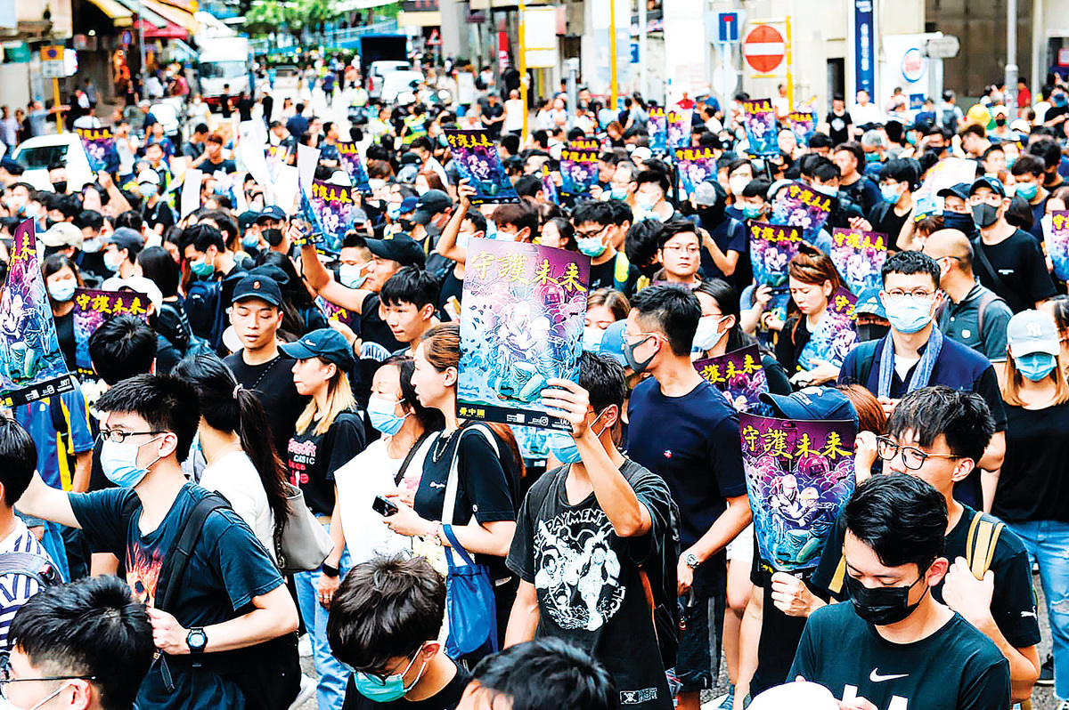 反送中遊行,示威者手拿「守護未來」海報。(宋碧龍/大紀元)