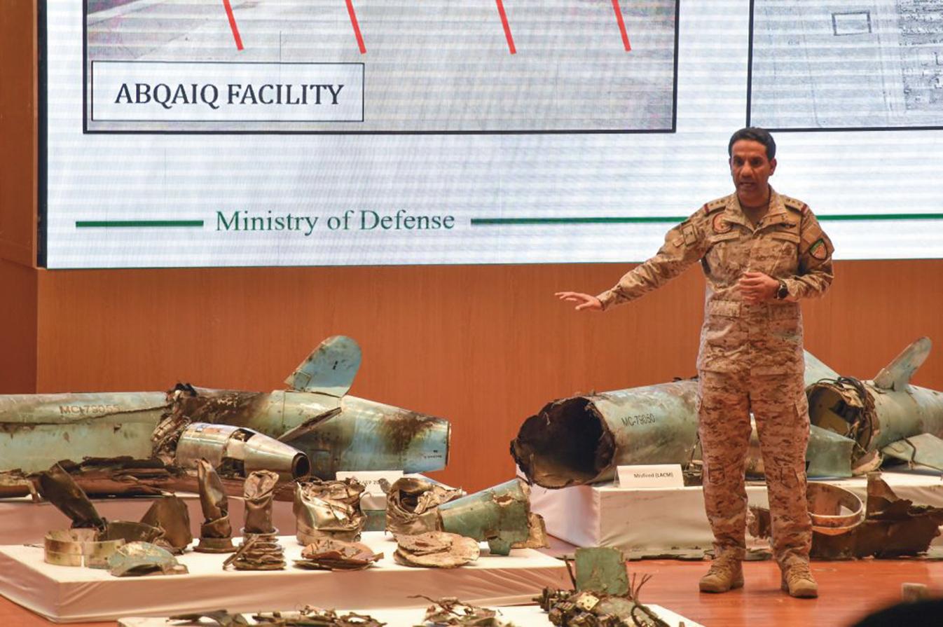 沙特國防部發言人馬利基介紹在阿美石油公司蒐集來的武器碎片。(AFP)