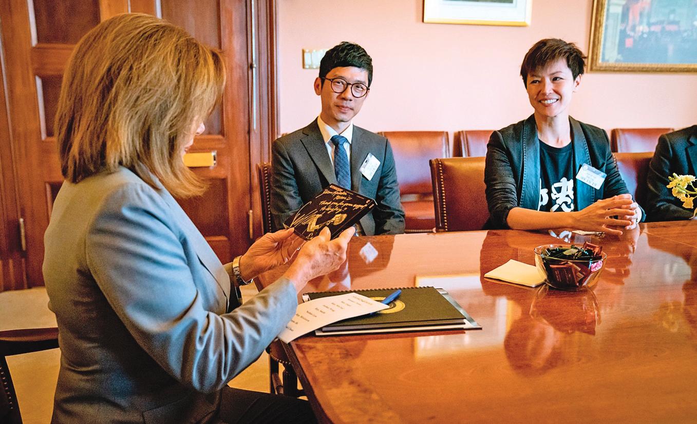 佩洛西(左)和羅冠聰(中)、何韻詩談話。(Pelosi Twitter)