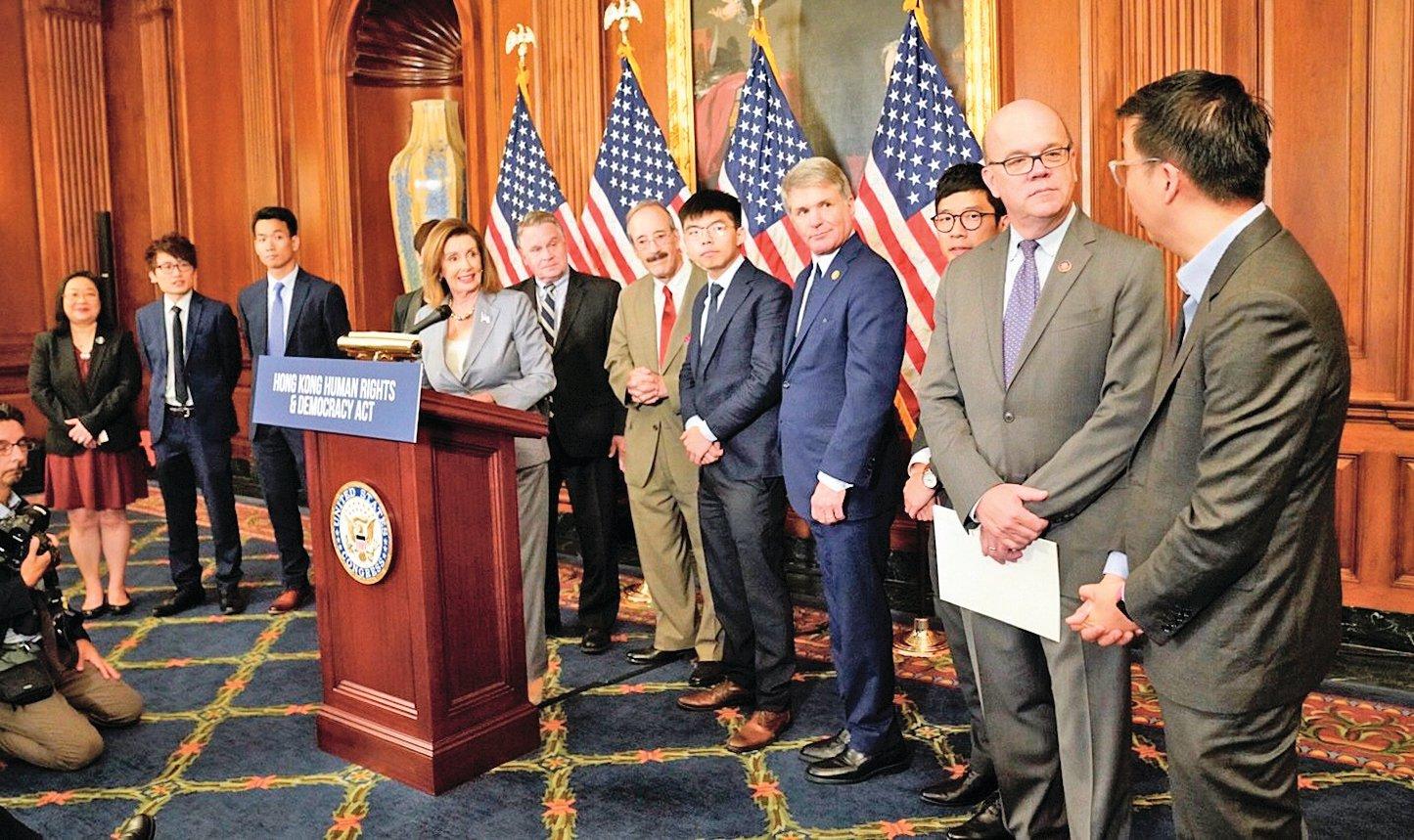 美國眾議院議長佩洛西(講台後)協同跨黨派眾議員及香港代表團在國會召開記者會,聲援《香港人權和民主法案》。(Pelosi Twitter)
