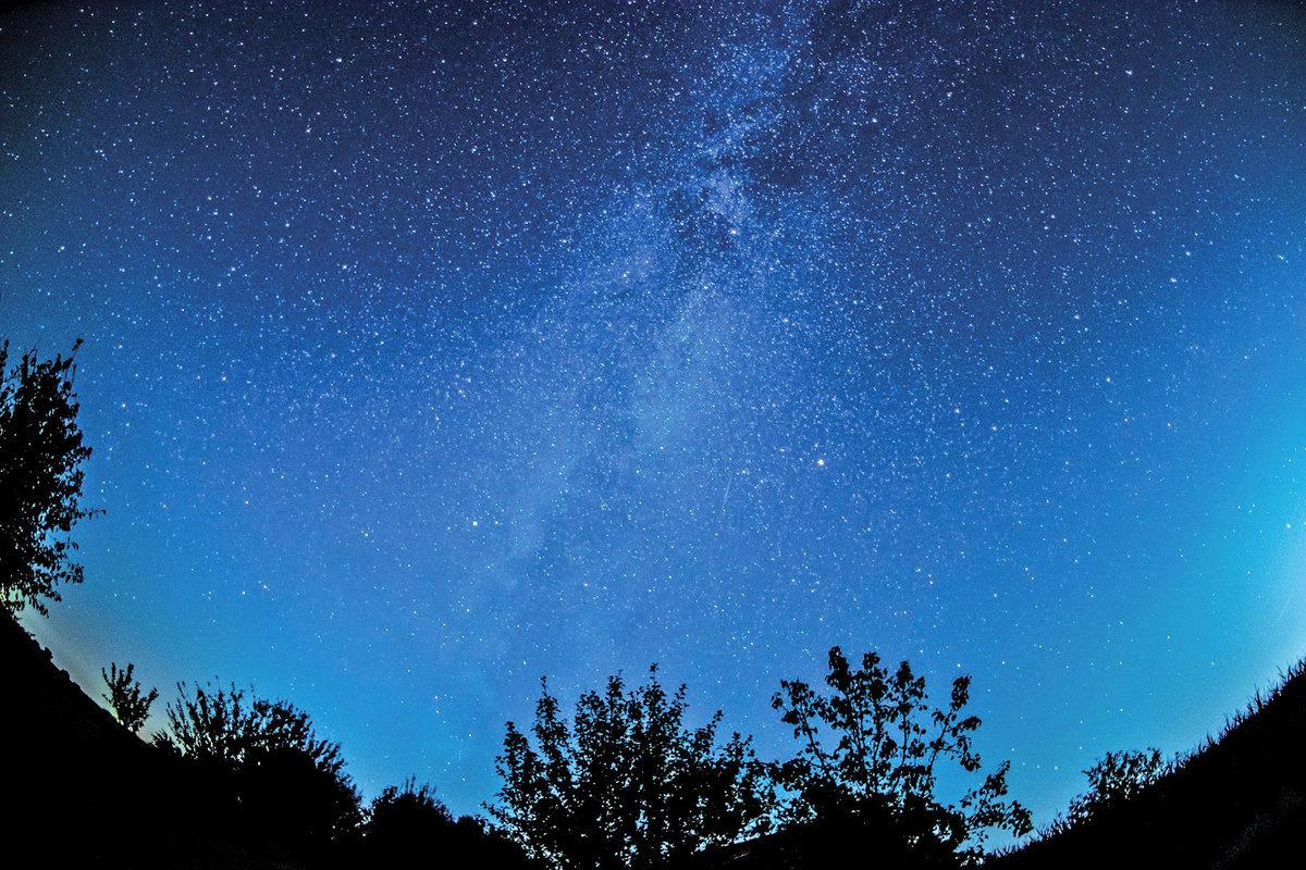 天文學家正在探尋一個已經在宇宙中穿行120億年的信號,從而了解宇宙最原始恆星的生死。示意圖。(Pixabay)