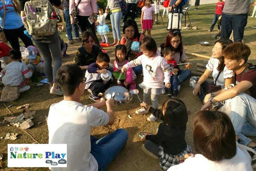 自然遊樂的理念是將音樂融入到大自然中,鼓勵親子運用環保物料做成的樂器進行演奏。(自然遊樂網頁)