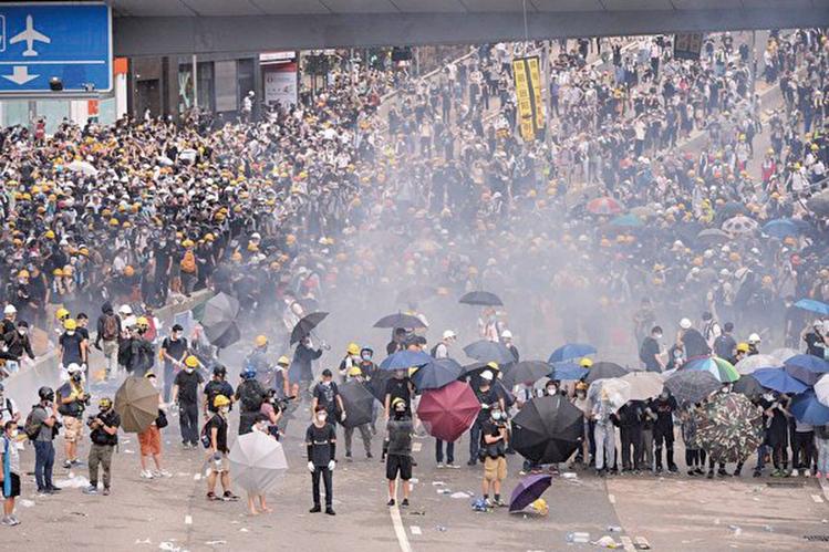 連日來發生在香港的「反送中」是一場善與惡的對峙與較量。香港「反送中」示威衝突升高,警方6月12日下午在立法會旁對示威者施放至少10枚催淚彈和多次射擊橡膠彈,造成多人受傷。(宋碧龍/大紀元)