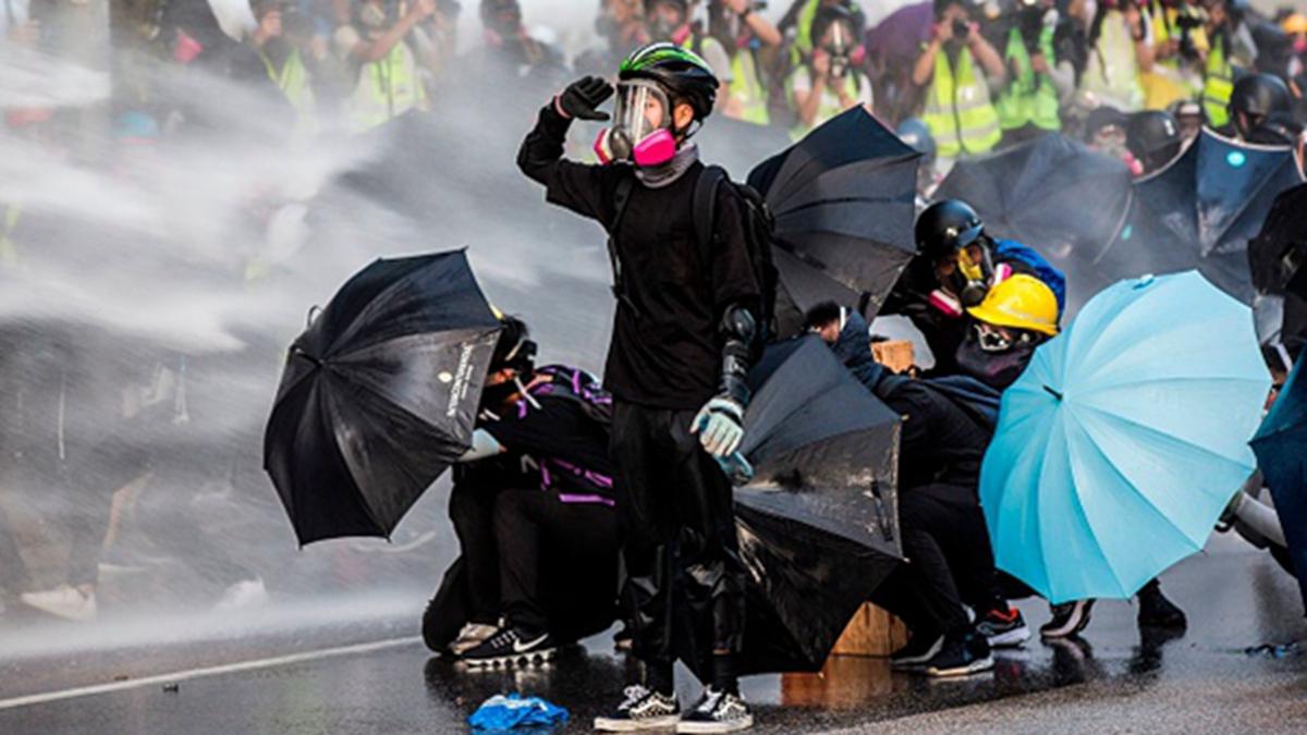 美國議員說,香港人必將推倒新柏林牆。圖為香港示威者遭受警察水炮車襲擊。(ISAAC LAWRENCE/AFP/Getty Images)