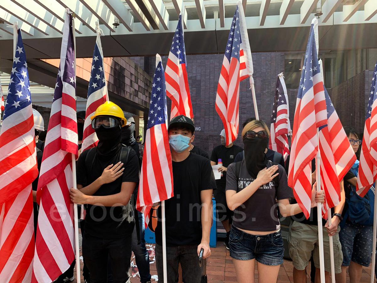 香港大學昨日有學生旗隊在校園內舉行集會,同時呼籲國際社會幫助香港人爭取民主自由,因為民主自由是世界的普世價值。(王文君/大紀元)
