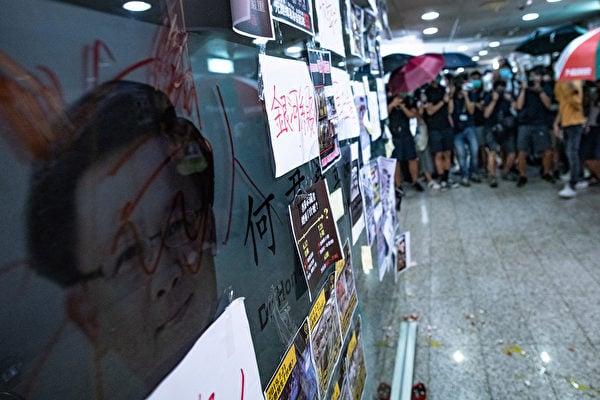 親共官員、立法會議員何君堯筲箕灣掃地作秀,民眾留言清洗不了「7·21警黑合作」。(PHILIP FONG/AFP)