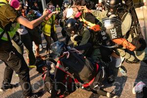 救護義工被搜身 張超雄現場了解情況被警察指罵
