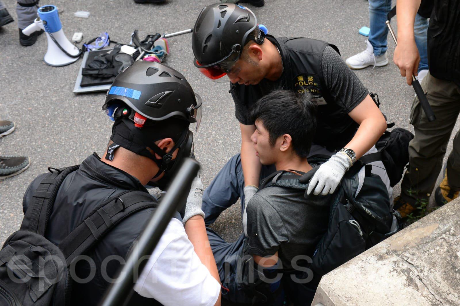 21日「光復屯門公園」遊行中,拘捕1名身穿黑衫的年輕人。(宋碧龍/大紀元)