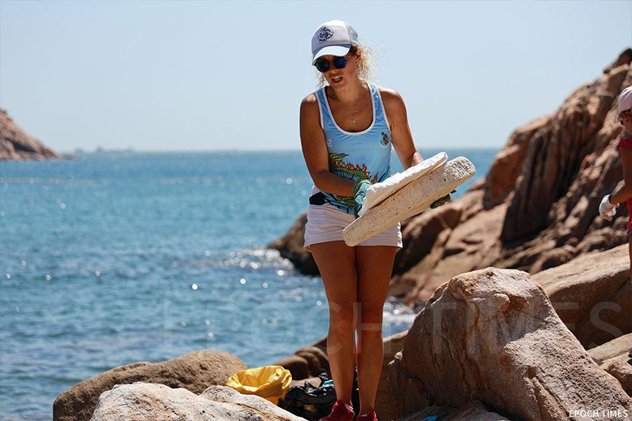 SLDLP法國義工團隊響應世界環境清潔日,參與清潔石澳海灘活動。(陳仲明/大紀元)
