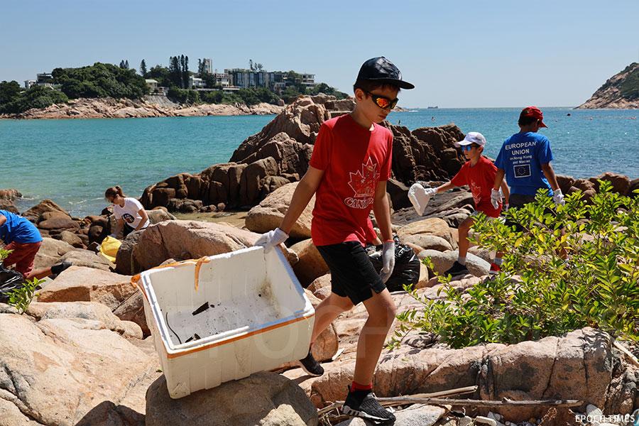 義工在石澳海灘岸邊收集到多個發泡膠箱。(陳仲明/大紀元)