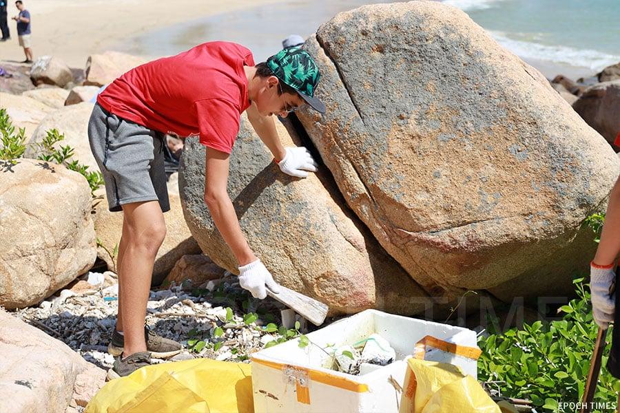 石澳海灘發泡膠為患,義工持續清理。(陳仲明/大紀元)