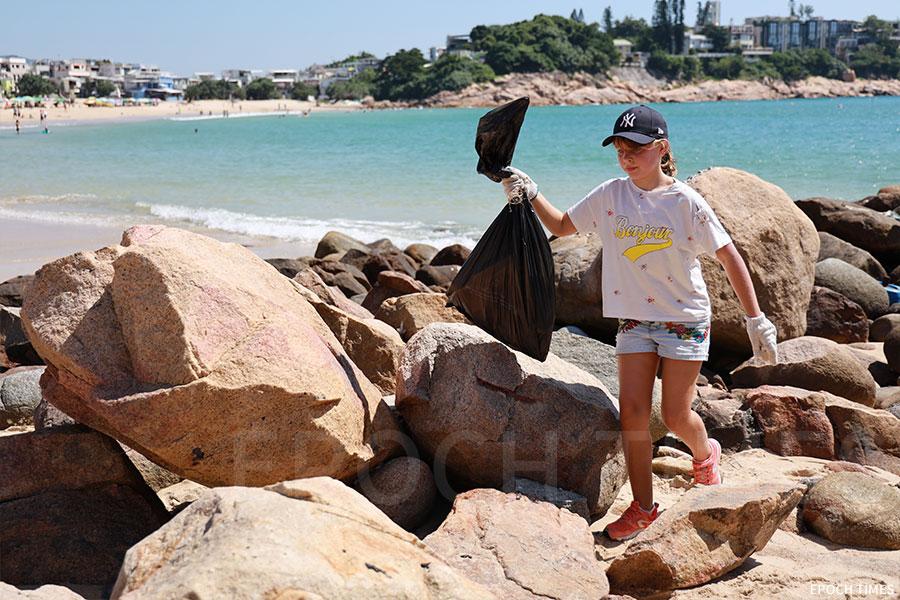 小義工加入石澳海灘的清潔行動。(陳仲明/大紀元)