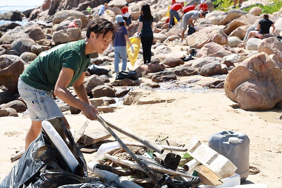 義工團隊在石澳海灘收集到各類型垃圾。(陳仲明/大紀元)