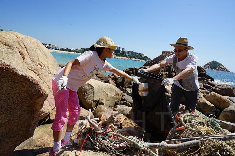 一家大小參與石澳海灘的清潔行動。(陳仲明/大紀元)
