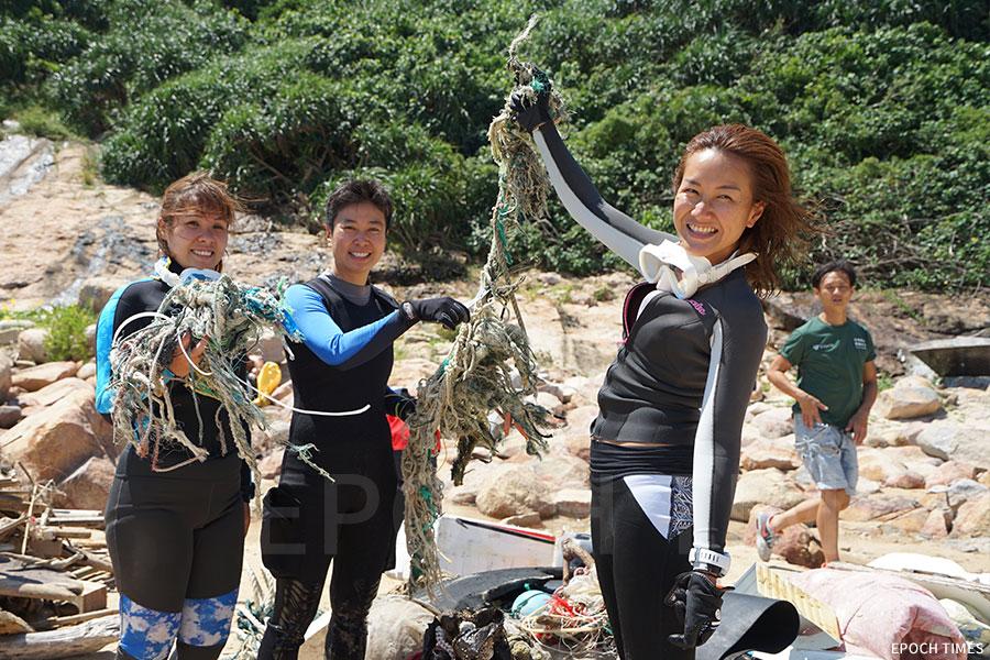 多名潛水員響應世界環境清潔日,參與潛水及岸邊清理「鬼網」。(陳仲明/大紀元)