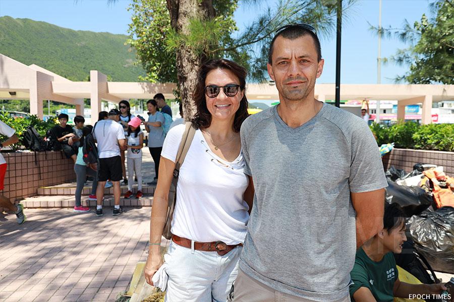 SLDLP(Sous Les Dechets La Plage)法國義工團隊負責人Isabelle Chabrat(左)與Martial Jaume。(陳仲明/大紀元)
