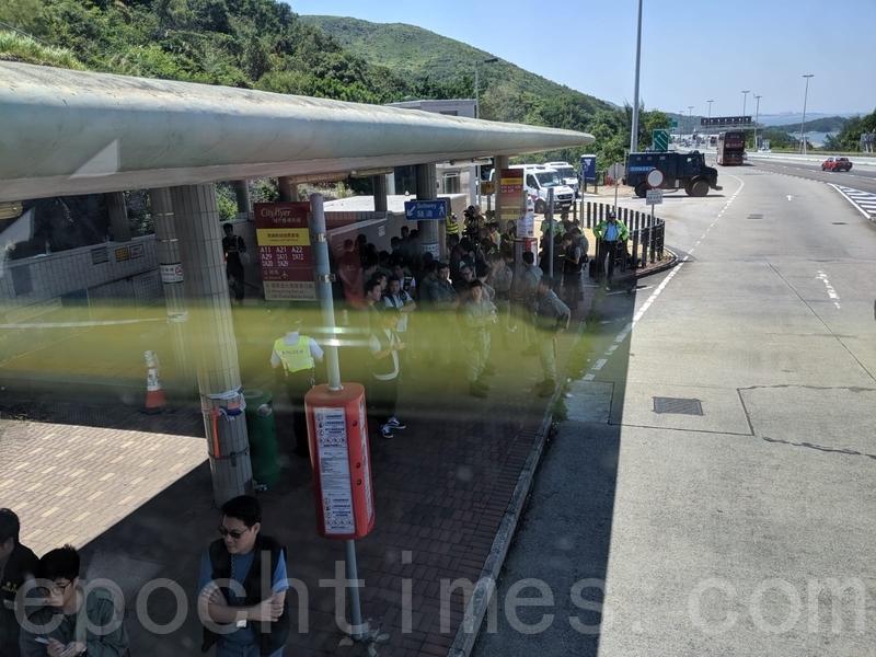 在青馬收費廣場,警察截停巴士檢查。(黃曉翔/大紀元)