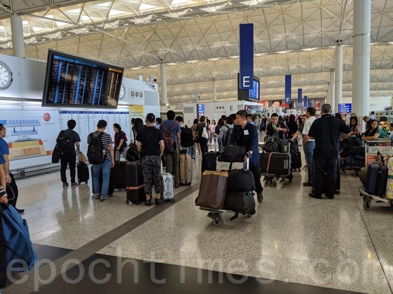 目前機場內秩序良好,旅客通行暢順。(黃曉翔/大紀元)