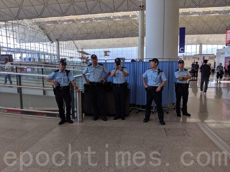 有警察在香港國際機場內駐守。(黃曉翔/大紀元)