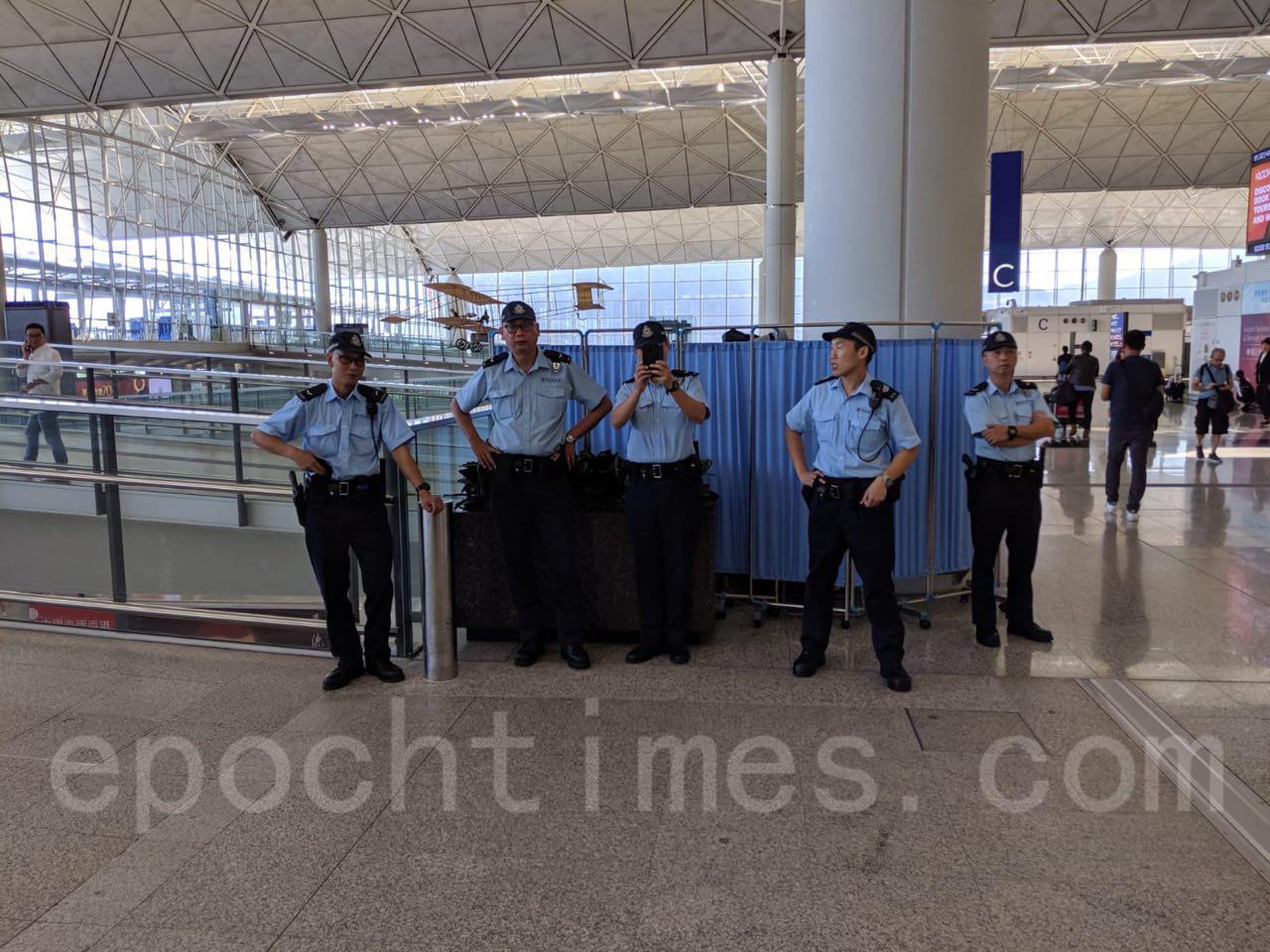 「和你塞4.0」給機場乘客帶來不便,有旅客說,來自抗衡者的影響則有限,自己亦支持抗爭者的訴求,沿途有警察檢查,其行為在擾民。(黃曉翔/大紀元)