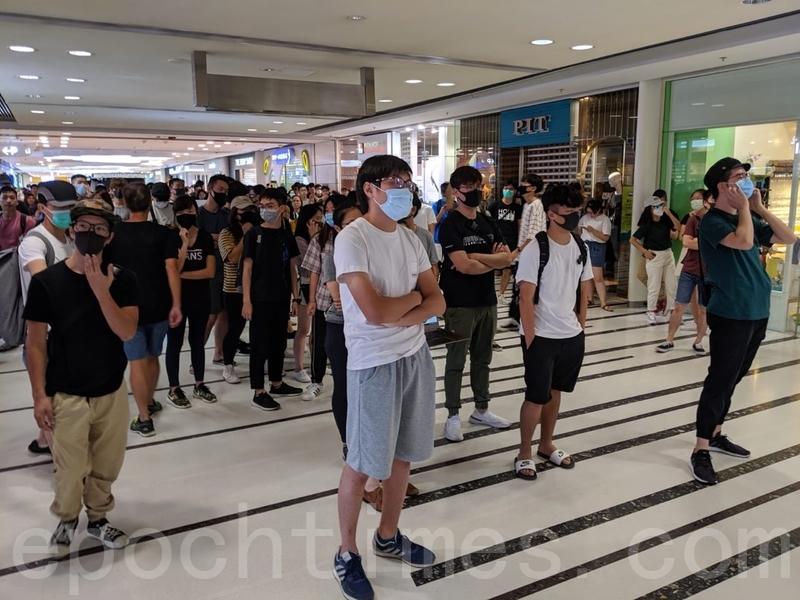 抗爭者在港鐵青衣站和相連的青衣城內叫口號。(黃曉翔/大紀元)