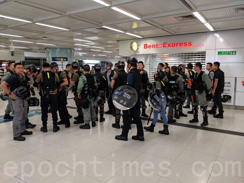 有戴上頭盔和手持盾牌的警員在在青衣站戒備。(黃曉翔/大紀元)