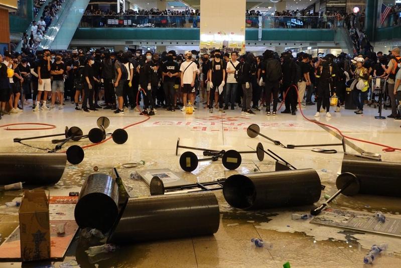 在新城市廣場,有抗爭者以水沖開液體後,地上出現泡沫,變得濕滑,亦有各種雜物在地上。(余鋼/大紀元)