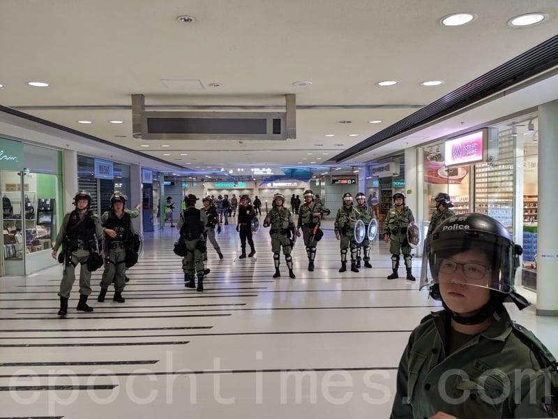 青衣站暫時關站,防暴警察繼續在站內戒備。(黃曉翔/大紀元)