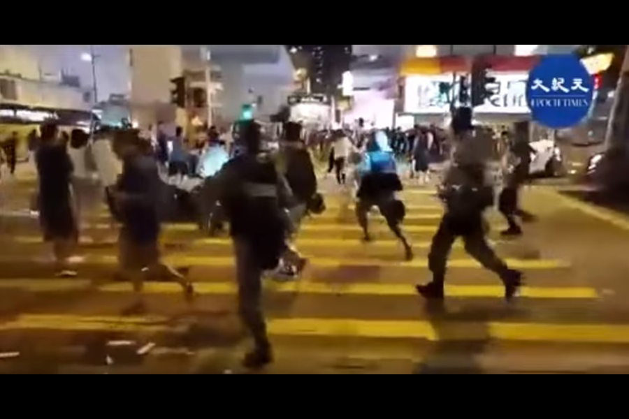 9月21日晚9時20分左右,鏡頭下的太子站悼念點如往日相同場景,氣氛平靜。突然無徵兆從旺角警署內衝出大批警員。(影片截圖)