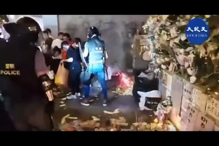 據熟悉香港警隊的人士分析,敬畏神靈是警隊一貫的風氣。連日來市民在警署的樓下,日夜燒香,悼念8.31死者亡魂,給信神信靈的警隊成員極大壓力。(影片截圖)