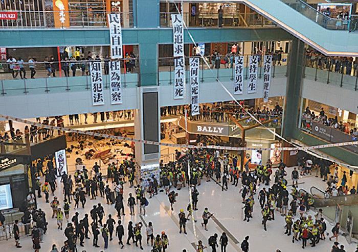新城巿廣場聚滿人群,廣場內掛了表達訴求的直幡,另有市民將長長的杯葛食肆「撳票」籌號在樓層間連起來。(余鋼/大紀元)