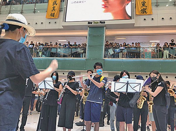 新城巿廣場有樂隊到場表演,市民跟隨音樂高歌反送中歌曲。(葉依帆/大紀元)