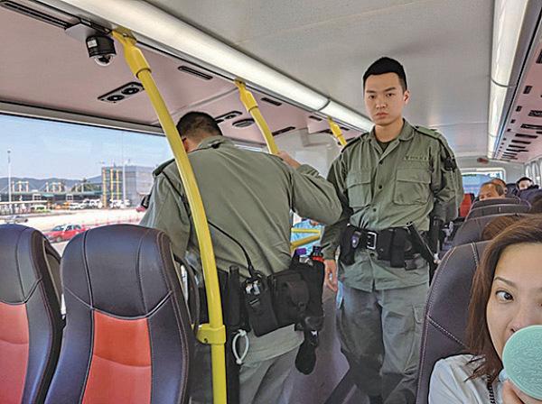 網民發起另一輪「和你塞」機場活動。警員在沿路搜查私家車及登上巴士查乘客,又派出水砲車停靠在機場入境大堂外。(黃曉翔/大紀元)