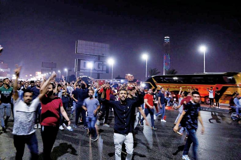 9月20日,埃及示威群眾深夜聚集開羅的解放廣場高呼「人民要求政權垮台」、「塞西滾蛋」等口號。(AFP)