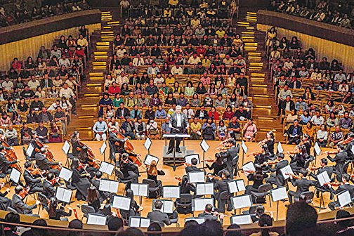 神韻交響樂團在高雄市衛武營音樂廳演出。(鄭順利/大紀元)