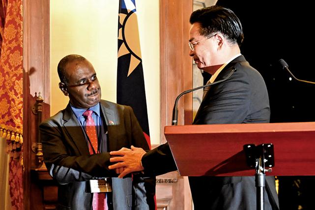 9月9日,台灣外長吳釗燮(右)與所羅門外長(左)在記者會上。(AFP)