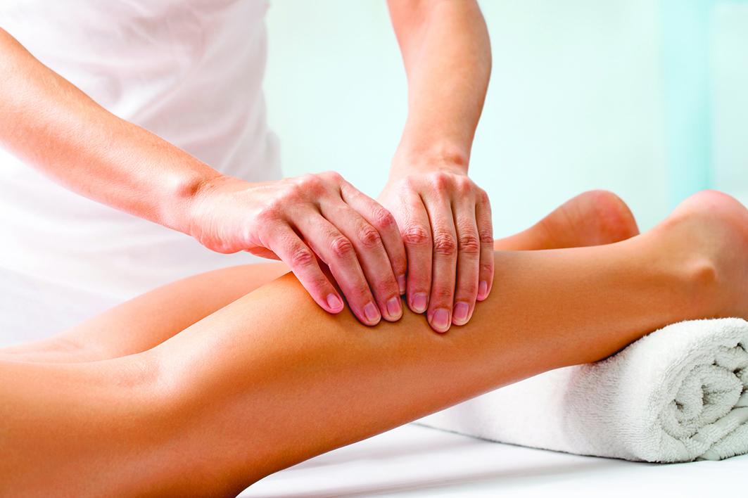 編者按:跌倒可能造成骨折等損傷。高齡者容易跌倒,是小腿肚和阿基里斯腱變僵硬、腳踝不再靈活所致。常揉小腿肚和阿基里斯腱2個部位,可以讓腳踝變得柔韌,避免跌倒。