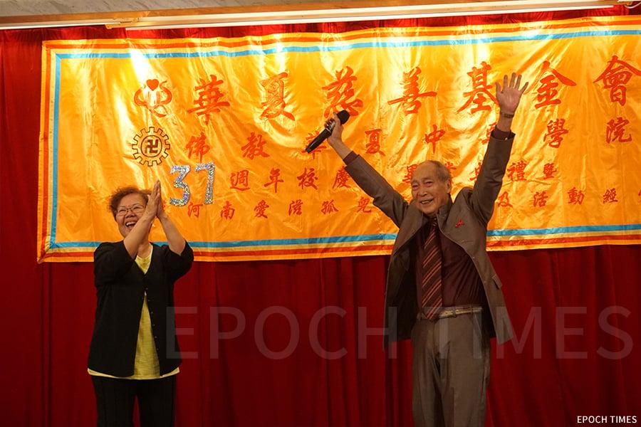 在中醫學院一年一度的校慶活動中,何樹勛都會上台演唱。(曾蓮/大紀元)