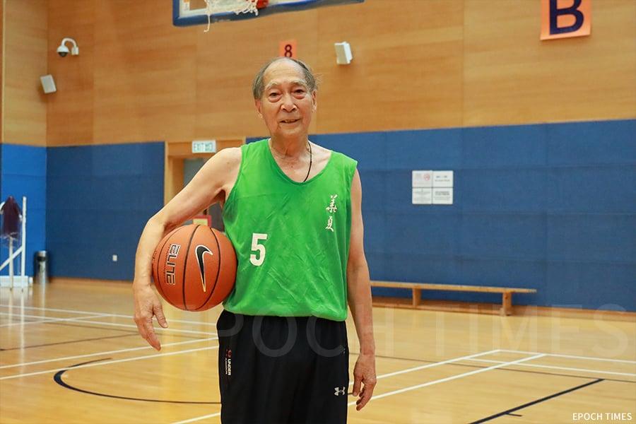 何樹勛笑言自己心理年齡只有三十來歲,因為他常常和年青人一樣打球,心態不老。(陳仲明/大紀元)