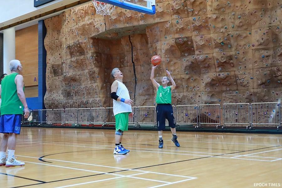 籃球伴隨著何樹勛的生命,步入古稀之年,何樹勛仍有一班志同道合的球友相伴。(陳仲明/大紀元)