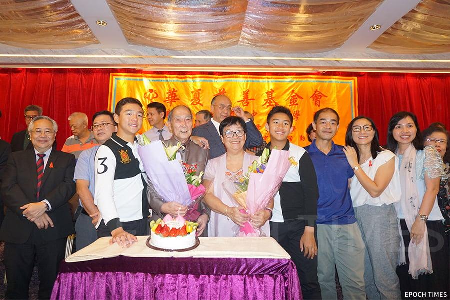 每年9月的佛教華夏中醫學院校慶、畢業禮活動,也是何樹勛院長的生日。(曾蓮/大紀元)