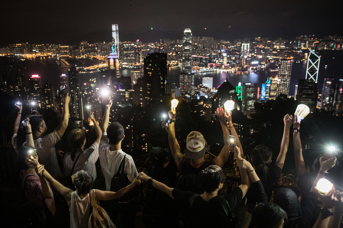 9月13日,香港市民在太平山築起人鏈,舉起手機燈和自製燈籠。(Chris McGrath/Getty Images)
