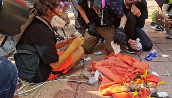 9月21日下午,香港屯門大會堂外的中共血旗被人焚燬。(中央社)
