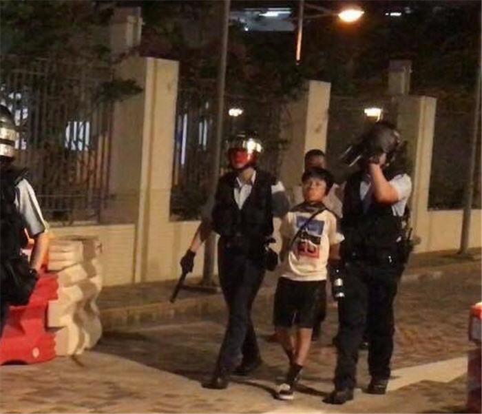 9月22日被香港警察抓走的10歲小男孩,臉上表情淡定,令人佩服。(推特圖片)