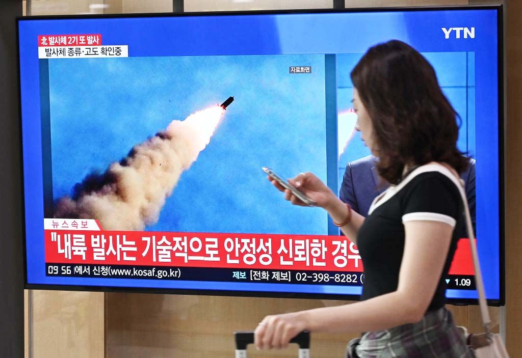 2019年9月10日,一名婦女走過首爾火車站電視新聞屏幕,顯示北韓導彈發射。(JUNG YEON-JE/AFP/Getty Images)