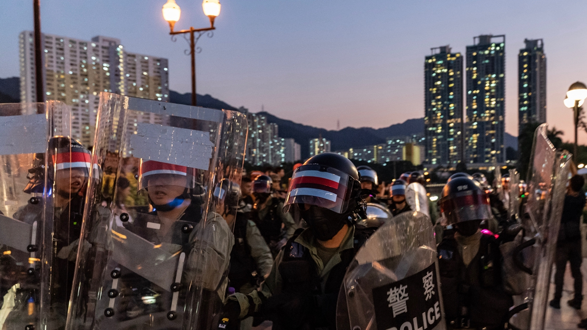 港警當晚逮捕兩名13歲孩童,並將發起「守護孩子行動」的多名銀髮族成員,帶到暗巷進行毒打。(Anthony Kwan/Getty Images)