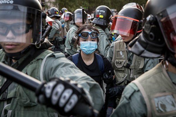 港警在荃灣拘捕一名13歲女童。(Chris McGrath/Getty Images)