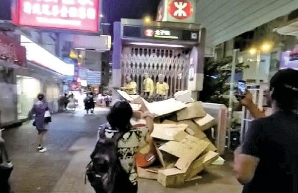 21日晚,11點多在C2出口堆了很多紙皮,3位職員關了閘門就離去,沒有處理紙皮。(影片截圖)