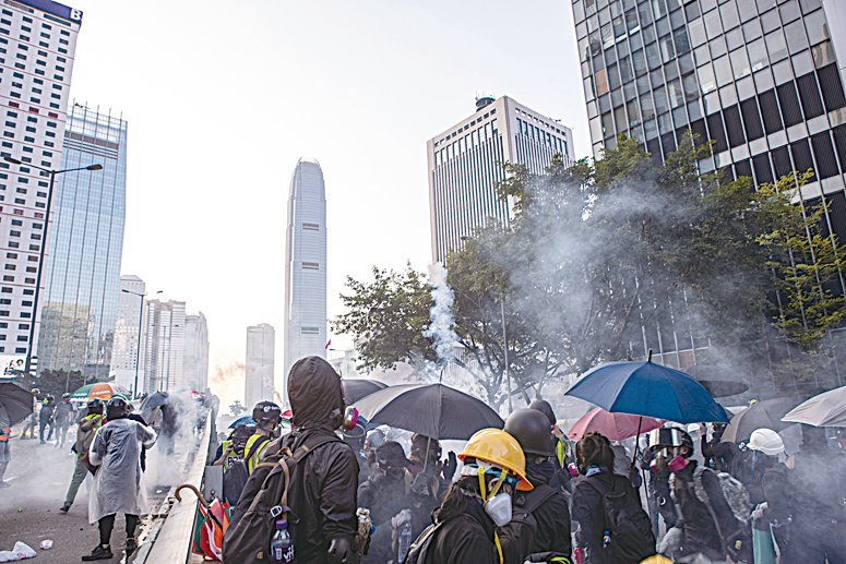 2019年9月15日,香港民眾參與銅鑼灣遊行到金鐘政府總部,警察施放催淚彈清場。(余鋼/大紀元)