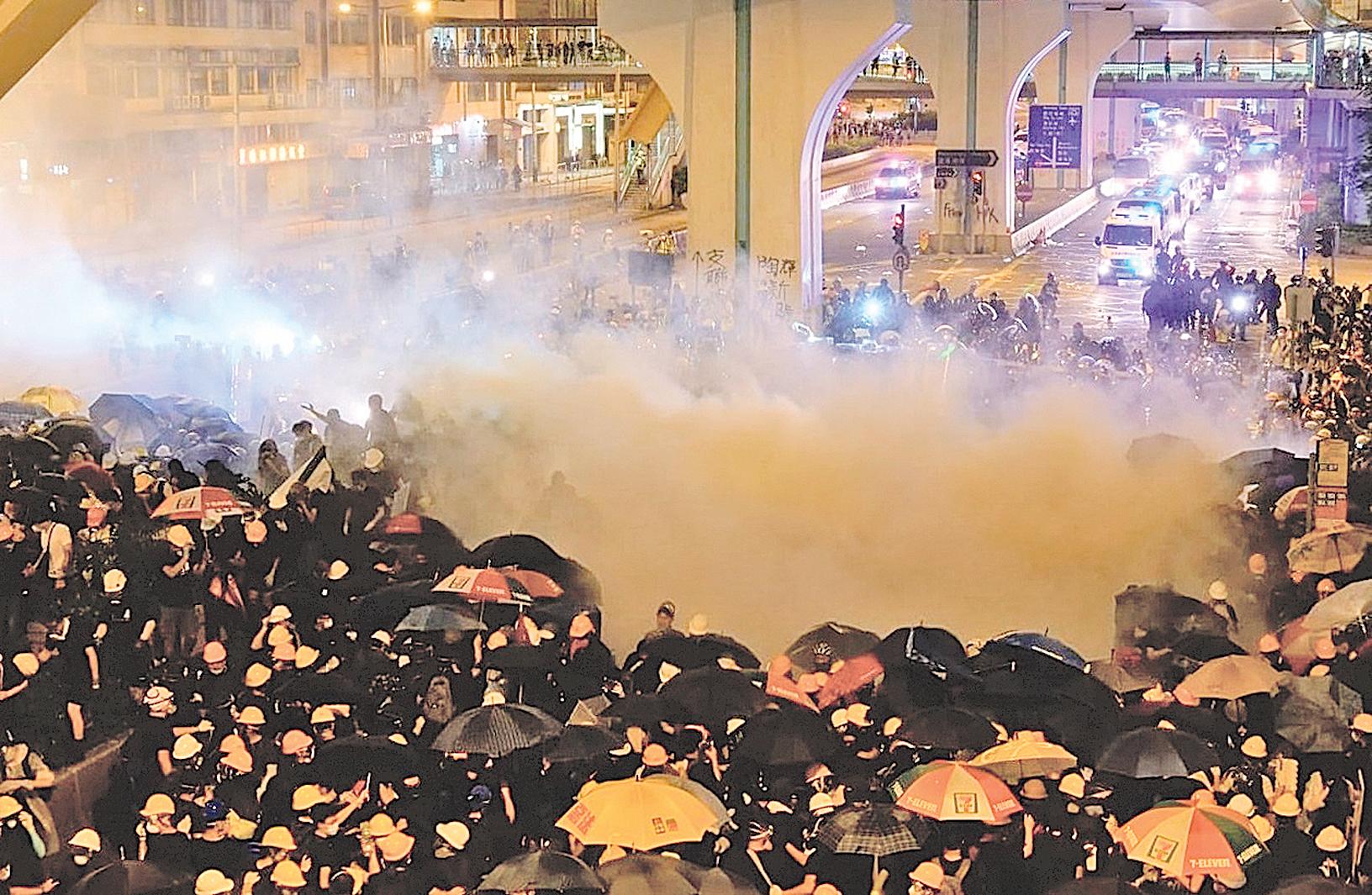 2019年7月27日,元朗大遊行,下午5時後,警民對峙,警方施放催淚彈驅散人群。(龐大衛/大紀元)